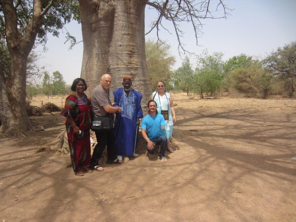 De passage au Burkina Mr Jean Marc, Anne Marie et Govindaavec le Sogodin Naaba sous le grand Baobab.