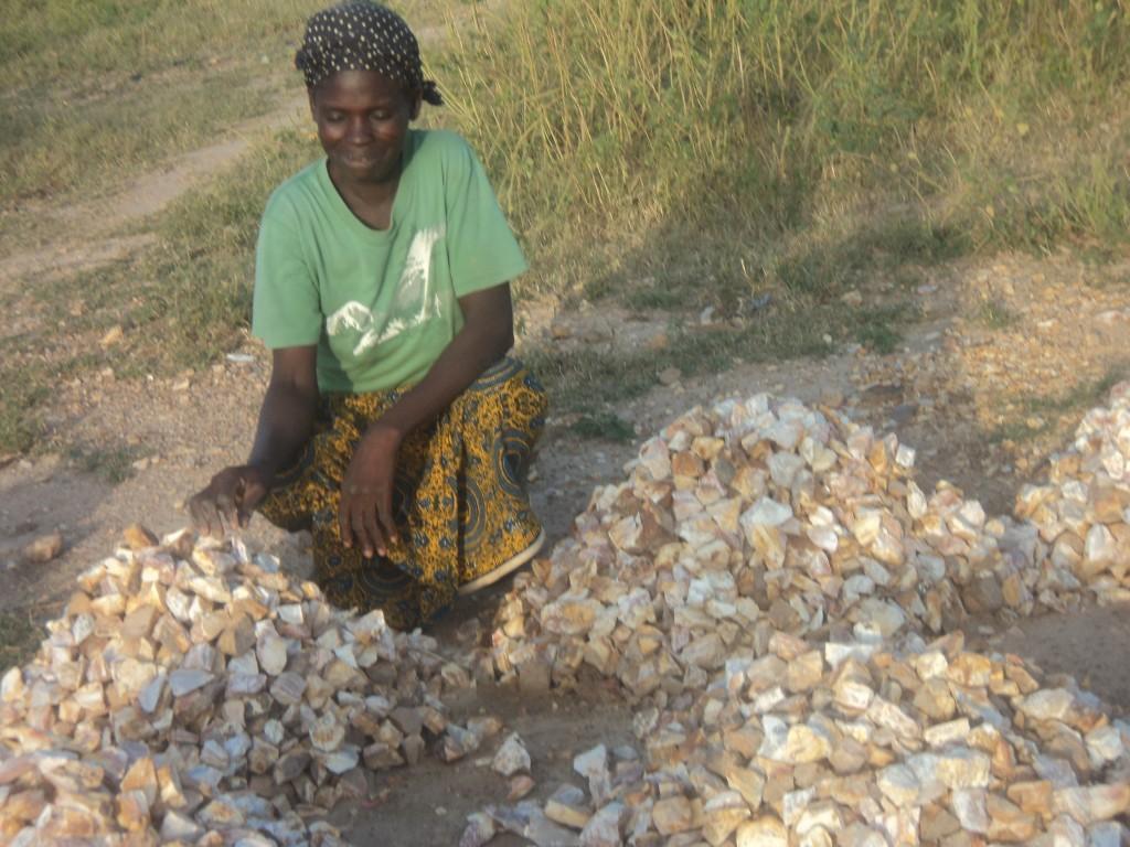Ilboudo Madeleine extraction, concassage, vente de pierres