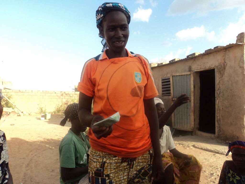 Segda Suzane recevant une somme de 10 000f pour ses tissages